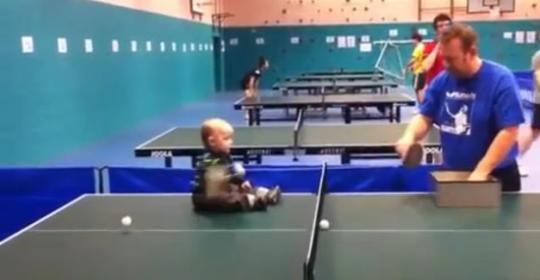 bebe jugando ping pong
