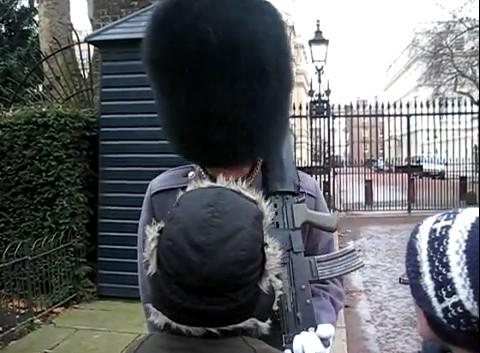 guardia inglaterra grita a niño