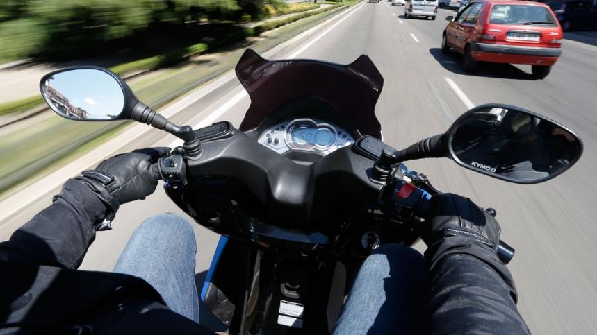 moto pegada al coche