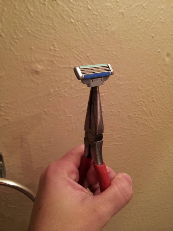 tirar de imaginación utilizando alicates para afeitarse
