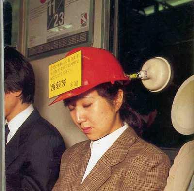 inventos japoneses - gorro dormir metro